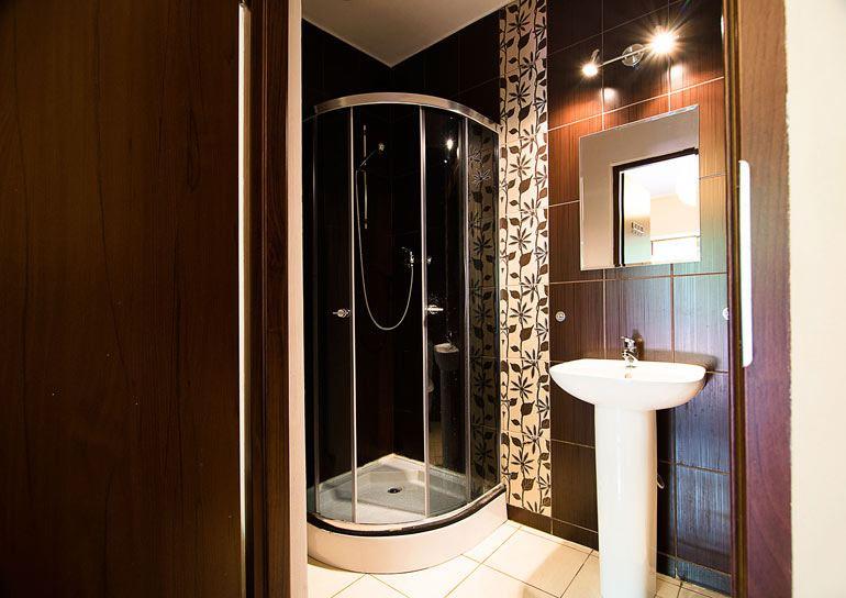 Komfortowa łazienka z prysznicem